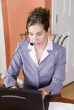 Mulher nova no terno de negócio que trabalha da HOME Fotografia de Stock Royalty Free
