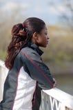 Mulher nova no terno de trilha no perfil Fotografia de Stock Royalty Free