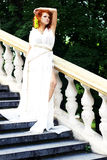 Mulher nova no vestido antigo branco Fotografia de Stock