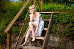 Mulher nova no vestido branco imagens de stock