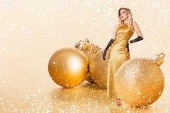Mulher nova no vestido dourado foto de stock