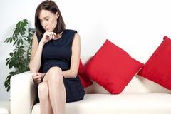 Mulher nova no vestido esperto Imagens de Stock Royalty Free