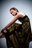 Mulher nova no vestido floral dourado Foto de Stock