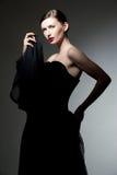 Mulher nova no vestido preto fotos de stock royalty free