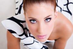 Mulher nova no vestuário do Couture de Haute Fotografia de Stock