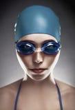 Mulher nova nos óculos de proteção e no tampão de natação imagem de stock royalty free