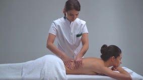 Mulher nova nos termas Tratamentos curas tradicionais da terapia e da massagem Saúde e cuidados com a pele, massagem e recreação vídeos de arquivo