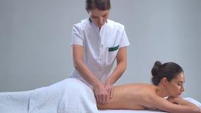 Mulher nova nos termas Tratamentos curas tradicionais da terapia e da massagem Saúde e cuidados com a pele, massagem e recreação filme