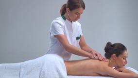 Mulher nova nos termas Tratamentos curas tradicionais da terapia e da massagem Saúde e cuidados com a pele, massagem e recreação video estoque