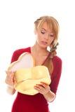 A mulher nova olha com a caixa de presente do ouro como o coração Fotografia de Stock Royalty Free