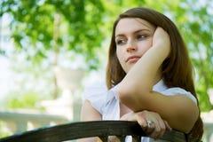 Mulher nova pensativa. foto de stock