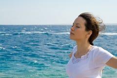 Mulher nova perto de um mar Fotografia de Stock Royalty Free