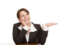 A mulher nova prende a palma e olha o espaço em branco do anúncio imagens de stock