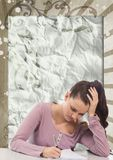 Mulher nova preocupada do estudante que estuda contra o fundo chapinhado marrom e branco Foto de Stock Royalty Free