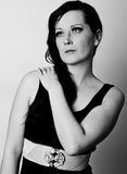 Mulher nova preto e branco de contraste elevado Imagens de Stock Royalty Free