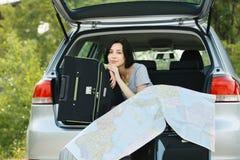 Mulher nova pronta para a viagem por estrada Imagens de Stock