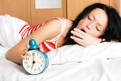Mulher nova que acorda e que boceja na manhã Fotos de Stock