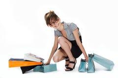 Mulher nova que admira sua compra Fotos de Stock