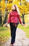 Mulher nova que anda em um parque Imagens de Stock Royalty Free