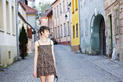 Mulher nova que anda em uma cidade medieval Fotografia de Stock Royalty Free