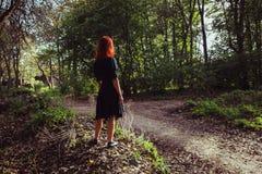 Mulher nova que anda na floresta Foto de Stock