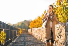 Mulher nova que anda no parque do outono Fotos de Stock