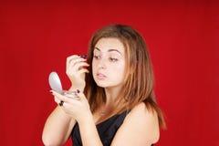 Mulher nova que aplica a composição Fotos de Stock Royalty Free