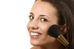 Mulher nova que aplica o blusher Fotografia de Stock Royalty Free