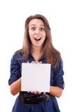 Mulher nova que aponta no cartão em branco em sua mão Fotografia de Stock Royalty Free