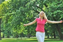 Mulher nova que aprecia ao ar livre Fotografia de Stock Royalty Free