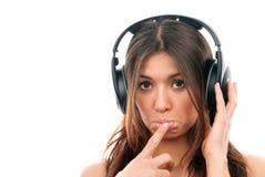 Mulher nova que aprecia a música nos auscultadores Imagem de Stock
