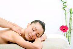 Mulher nova que aprecia a massagem da garganta. Foto de Stock Royalty Free