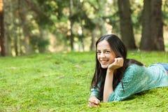 Mulher nova que aprecia a natureza Fotografia de Stock Royalty Free
