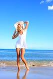Mulher nova que aprecia o mar Imagens de Stock