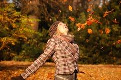Mulher nova que aprecia o outono Fotos de Stock