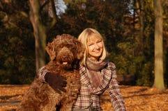 Mulher nova que aprecia o outono Fotos de Stock Royalty Free
