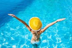 Mulher nova que aprecia o verão Imagem de Stock