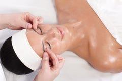 Mulher nova que aprecia pampering no bar da beleza Fotografia de Stock Royalty Free
