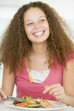 Mulher nova que aprecia a refeição saudável, mealtime Imagens de Stock Royalty Free