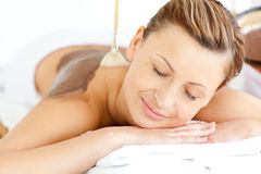 Mulher nova que aprecia um tratamento da beleza com lama Foto de Stock Royalty Free