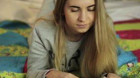 Mulher nova que aprende em casa menina nos pijamas com inscrição Paris vídeos de arquivo