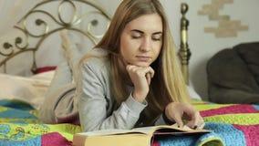 Mulher nova que aprende em casa menina nos pijamas com inscrição Paris video estoque