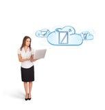 Mulher nova que apresenta dispositivos modernos nas nuvens Fotografia de Stock