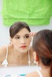 Mulher nova que arranca suas sobrancelhas Fotos de Stock Royalty Free