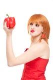 Mulher nova que avalia o frescor da pimenta Foto de Stock Royalty Free