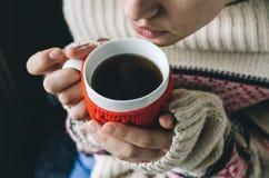 Mulher nova que bebe o café quente Imagem de Stock Royalty Free