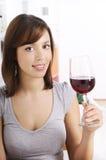 Mulher nova que bebe o vinho vermelho Fotos de Stock