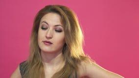 Mulher nova que boceja video estoque