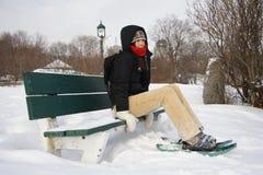 Mulher nova que caminha com sapatas/raquetes da neve imagem de stock royalty free