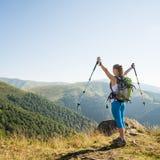 Mulher nova que caminha nas montanhas imagens de stock